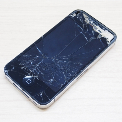 フロント画面の割れたiPhone