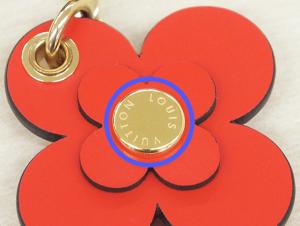 花の真ん中についている金のボタン
