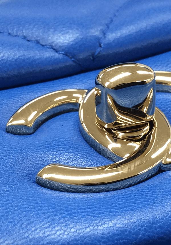 本物(2015年製造のラムスキン)のターンロックを斜めから見る