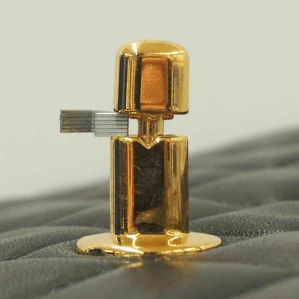 本物(1995年製造のラムスキン)のターンロックの真ん中に取り付けられたつまみの中心